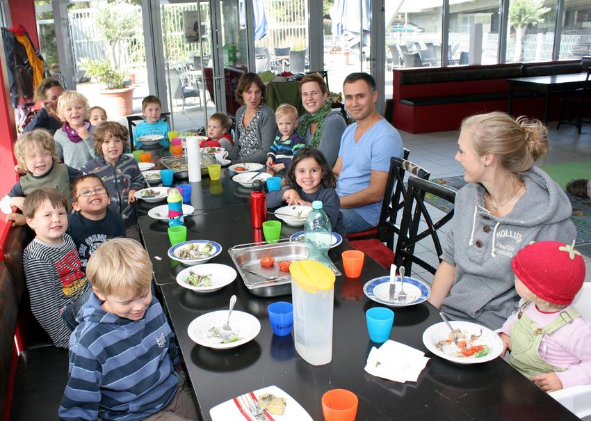 Mittagessen im Startblock im Sportpark Nord: Betreiber Amin Rashid Miyavaghi mit den Kindern der Kita an der PH.