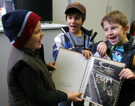 Drei Kita-Jungs mit dem Foto-Album unbekannter Herkunft.